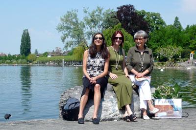 3 damen auf einem stein