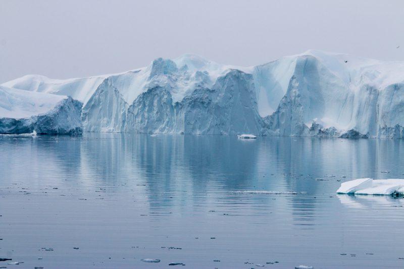 eisberg mit spiegelung